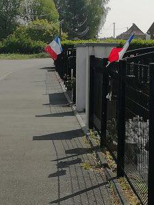 8 mai 2020 confiné mais solidaire et mobilisé drapeau