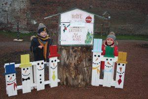 Déjà 58 lettres au Père Noël enfants souriant    la bo  te